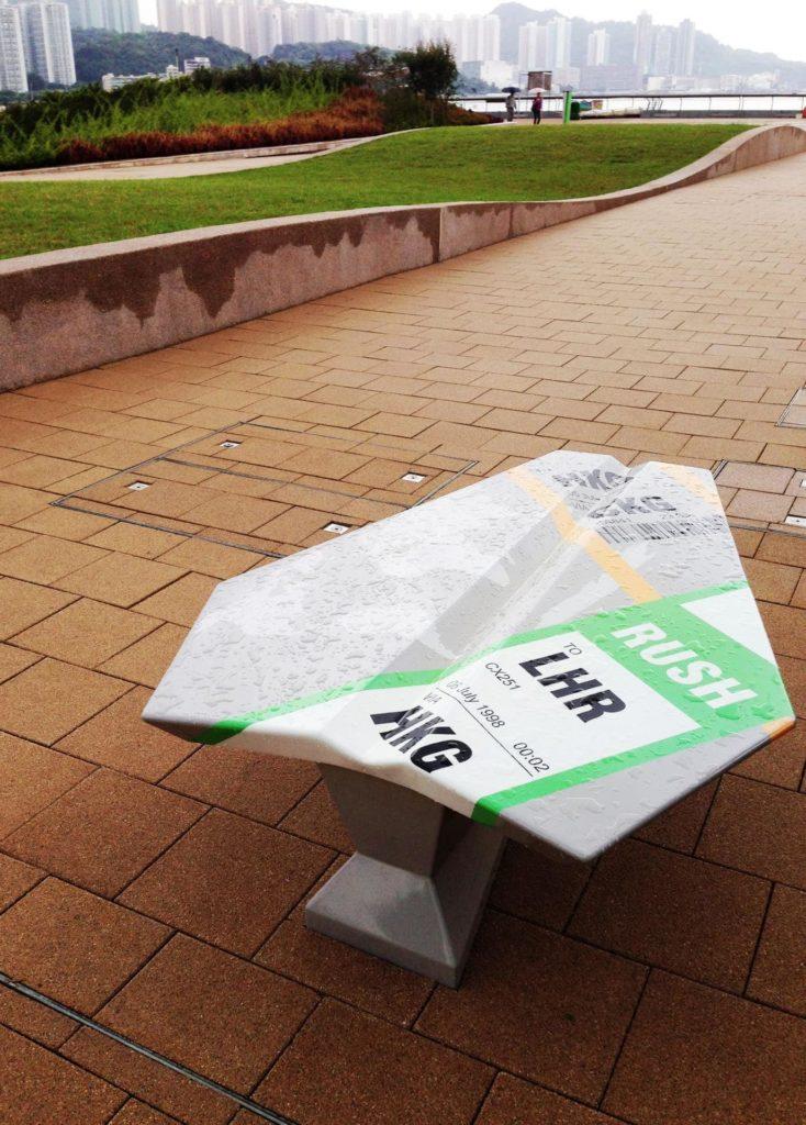 啟德跑道公園內擺放著紙飛機雕塑,上面寫著的資訊,是最後一班由啟德機場起飛、前往英國倫敦的國泰航班,以紀念啟德機場完成 73 年的歷史任務。