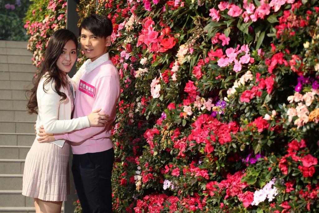 鋪滿粉色、紅色、紫色花卉的自拍花牆(selfie wall)已在新都會廣場的戶外露天廣場率先登場。