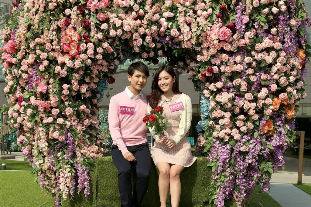 新都會戶外露天廣場上心形的愛神寶座,以玫瑰花及繡球花設計而成,將散發愛意的花藝融入設計之中,象徵愛戀與真心誠意,希望與你泛起激情的愛。