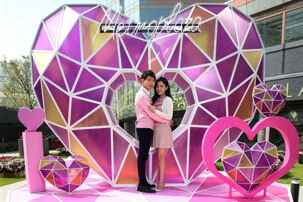 新都會廣場戶外露天廣場中央擺放了一個高逾 11 呎的粉鑽之心高高聳立,外形的切割有如璀璨心形鑽石。