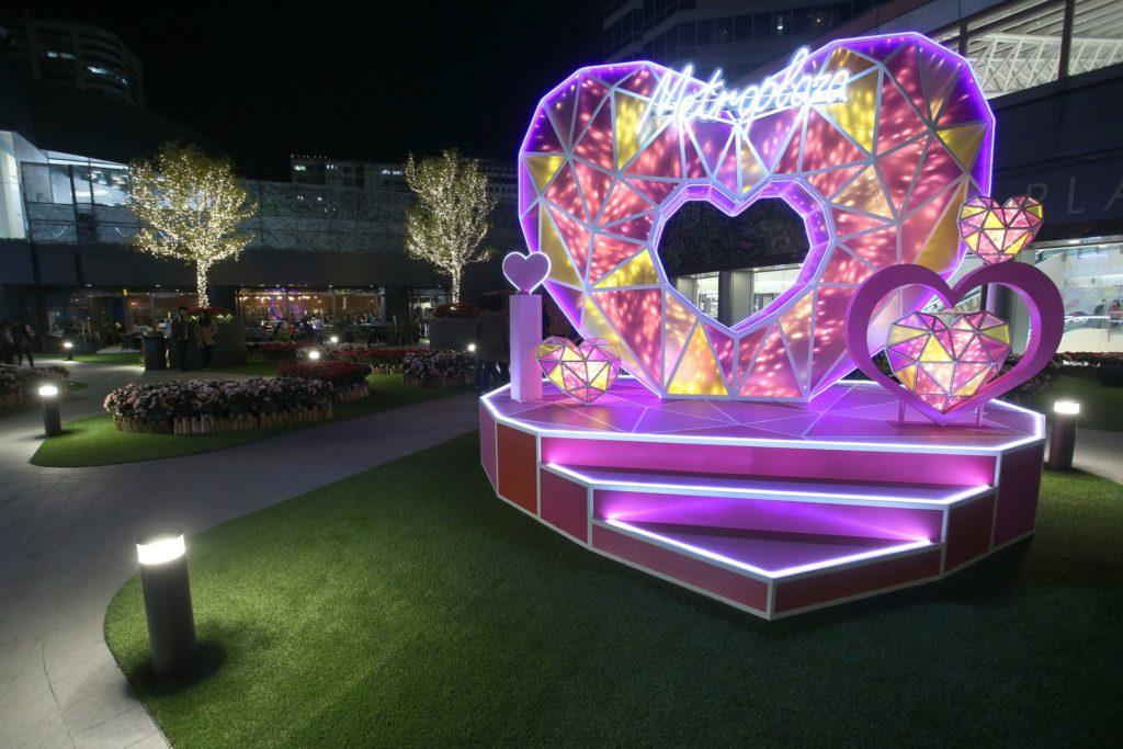 新都會廣場戶外露天廣場上的「承諾—粉鑽之心」,在夜裡會發放越璀璨的光芒。