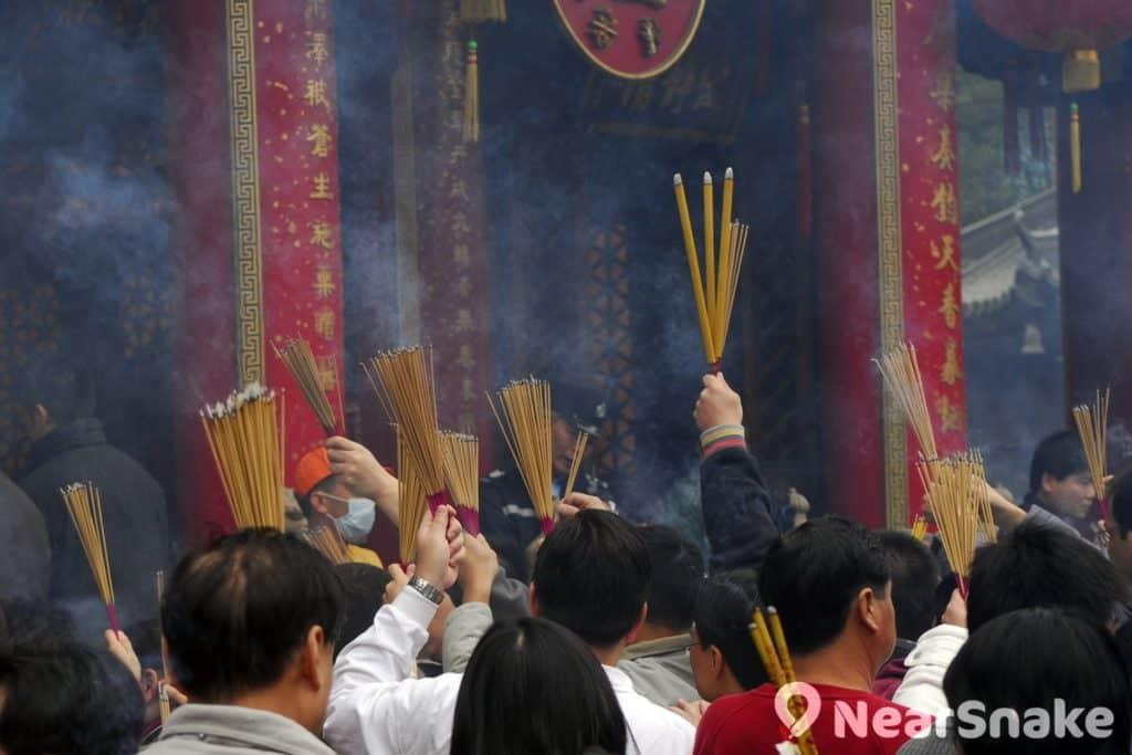 「頭」包含「頭彩」與「好意頭」之意,因此每年除夕和大年初一均有不少香港人前往黃大仙祠爭上頭炷香。