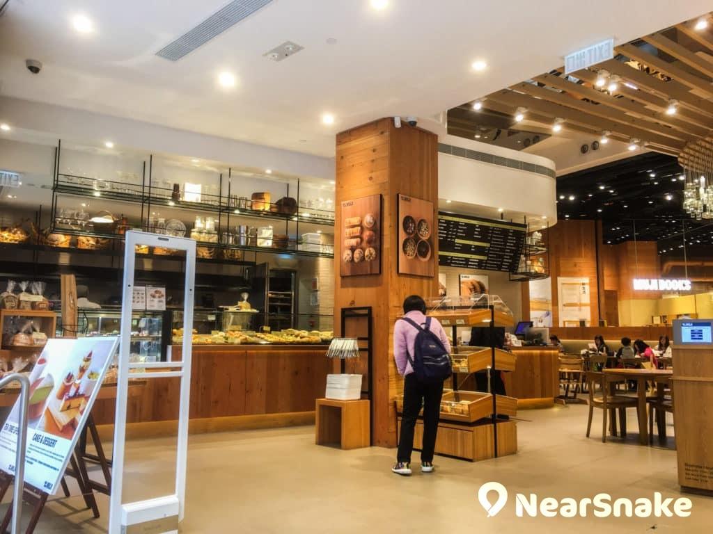 奧海城 MUJI 店內設有 Cafe & Meal MUJI 與 Muji Books,內藏逾 8,000 本圖書,大部分是與生活態度有關的書籍。