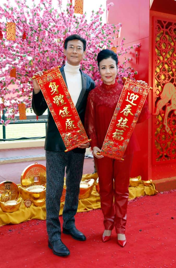 藝人鄭少秋及汪明荃將會在農曆新年賽馬日獻唱賀年歌曲。