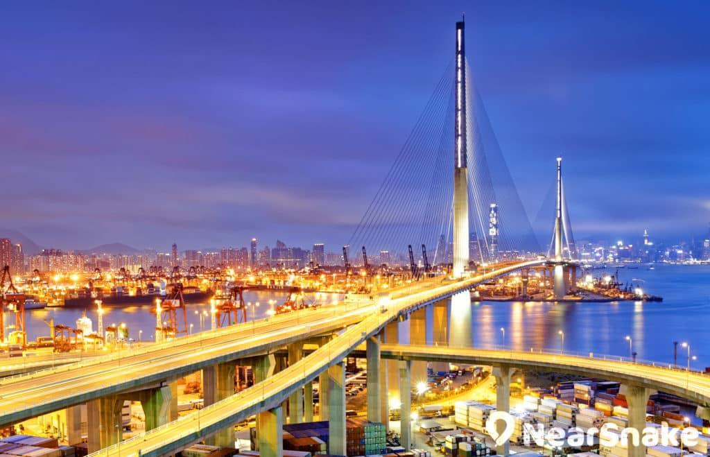 昂船洲大橋與葵涌貨櫃碼頭互相輝映,構成獨特的夜景畫面。