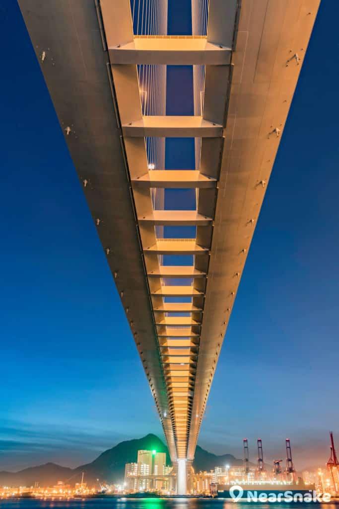 從昂船洲大橋底抬首仰望,橋身仿佛是一格格菲林相片,煞是有趣。