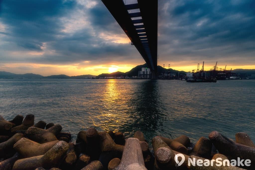 以黃昏夕陽作背景,昂船洲大橋劃破長空的的風景點,在霸氣外露之餘,亦帶著點點詩情畫意。