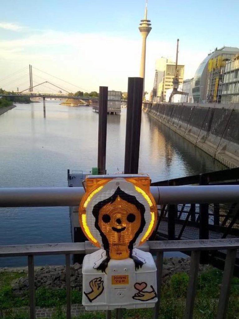 小觀音小燈人遠赴德國杜塞爾多夫萊茵河畔。(圖片來源:Kila Cheung Facebook 專頁)