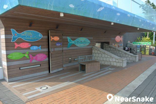 中西區海濱長廊-中環段適合進行釣魚活動,在路旁便設有垂釣活動中心與閒釣輔助設施。