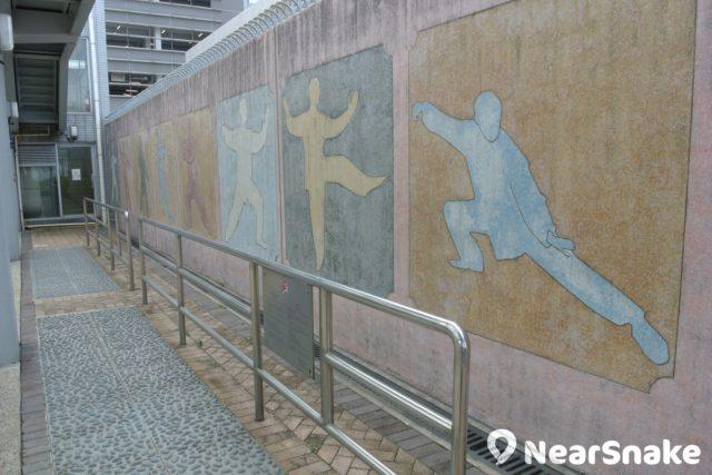 中西區海濱長廊-上環段有一處名為「太極角」的地方,可供晨運人士在此做運動。未知牆上所畫的太極姿勢,是否符合正宗太極拳法呢?
