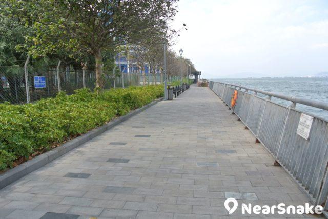 中西區海濱長廊上環段也分作兩段,開首是紅磚路,尾段則是石板路。