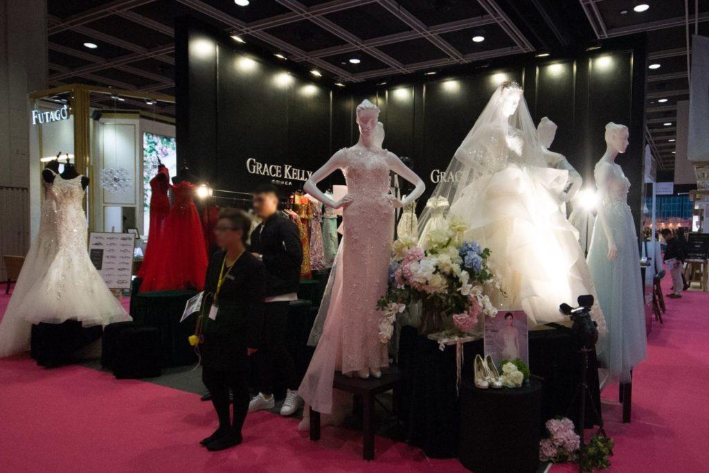 香港婚紗暨海外婚禮博覽 2018 會場上雲集中、港、台、韓、日等地 300 個婚嫁產品及服務品牌。