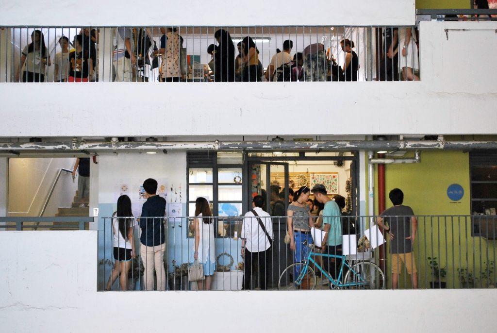 大家在 JCCAC 手作市集購物之餘, 還可遊走由舊工廠大廈改建的賽馬會創意藝術中心,了解藝術媒介和工作室。