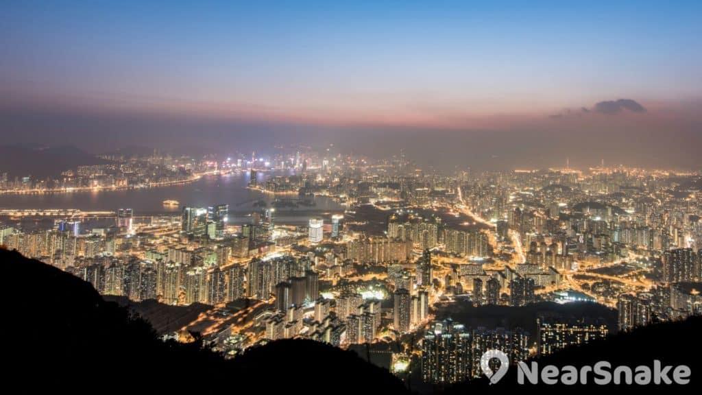 飛鵝山坐落於黃大仙區、觀塘區、西貢區和沙田區之交界處,大家可在此飽覽九龍半島、香港島、蠔涌和白沙灣一帶的景觀。