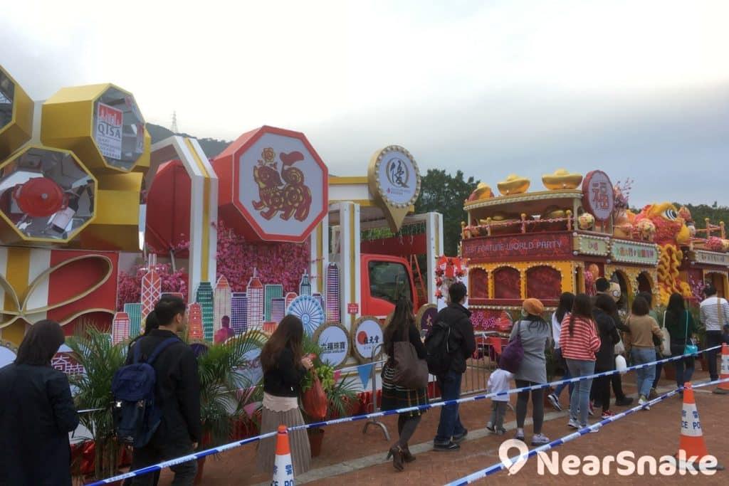 年初二的新春花車巡遊結束後,花車便會擺放在林村許願廣場作公開展覽。
