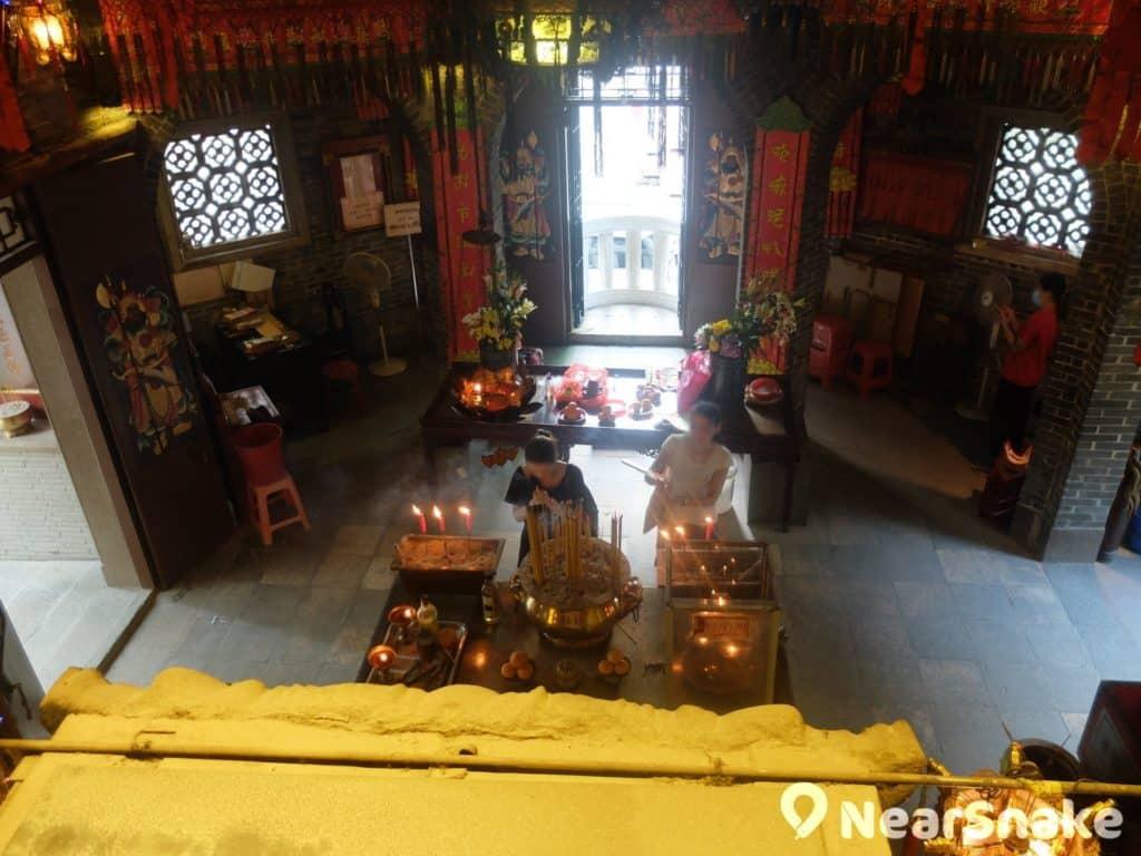 天后蓮花宮內共有兩尊觀音坐像,分別安放於前後殿的上下層。廟祝稱兩位觀音沒有分別,畢竟觀音是有千萬個化身。