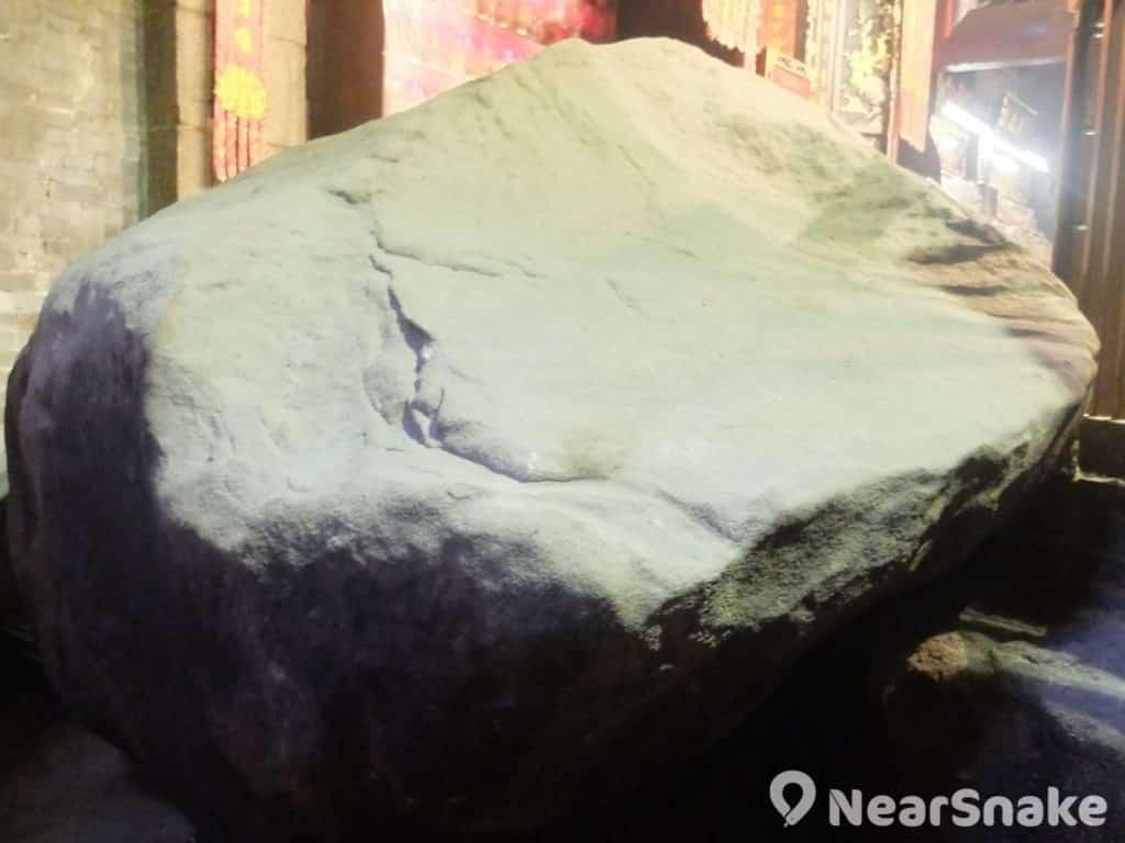 雖然未知道觀音是否曾在蓮花宮內這塊大石上顯靈,但如此巨石本身便已是氣派恢宏,所以幾次重修都被保留下來。