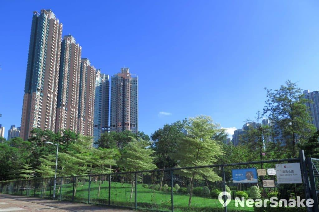 西九龍填海區鄰近多條高速公路且豪宅林立,故此南昌公園這一片綠化空間,更覺彌足珍貴。
