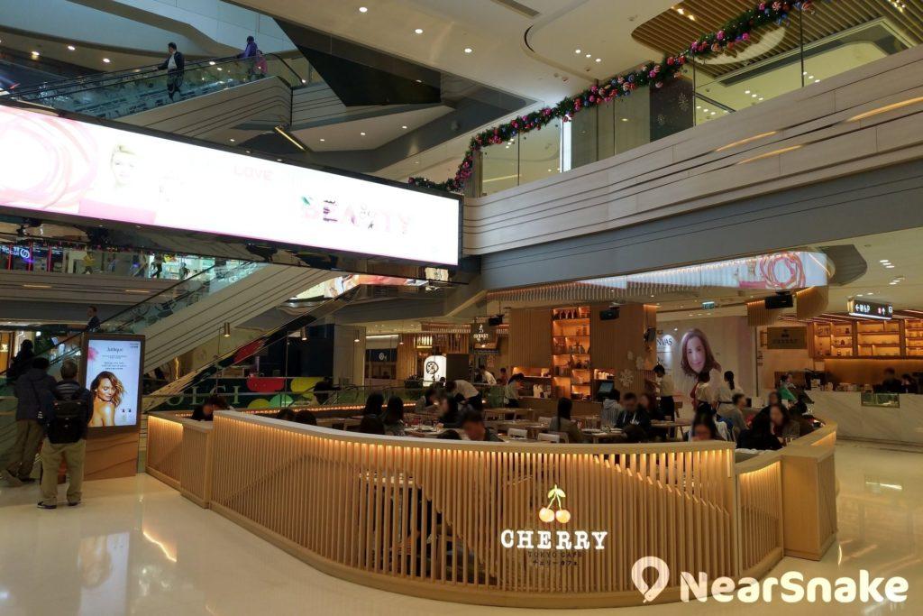 走破格路線的日式咖啡店「Cherry's Tokyo Cafe」是將軍澳中心商場內一大人氣食店,像法式焦糖燉蛋泡沫咖啡就相當有名!