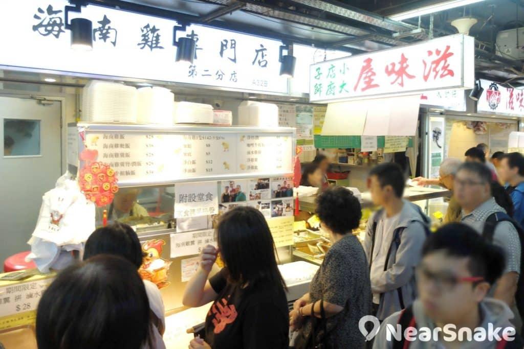 海南雞專門店,可說是太安樓內最受歡迎的食店,即使非繁忙時間也見人龍,晚餐時分人龍甚至多達二、三十人,不要太誇張。