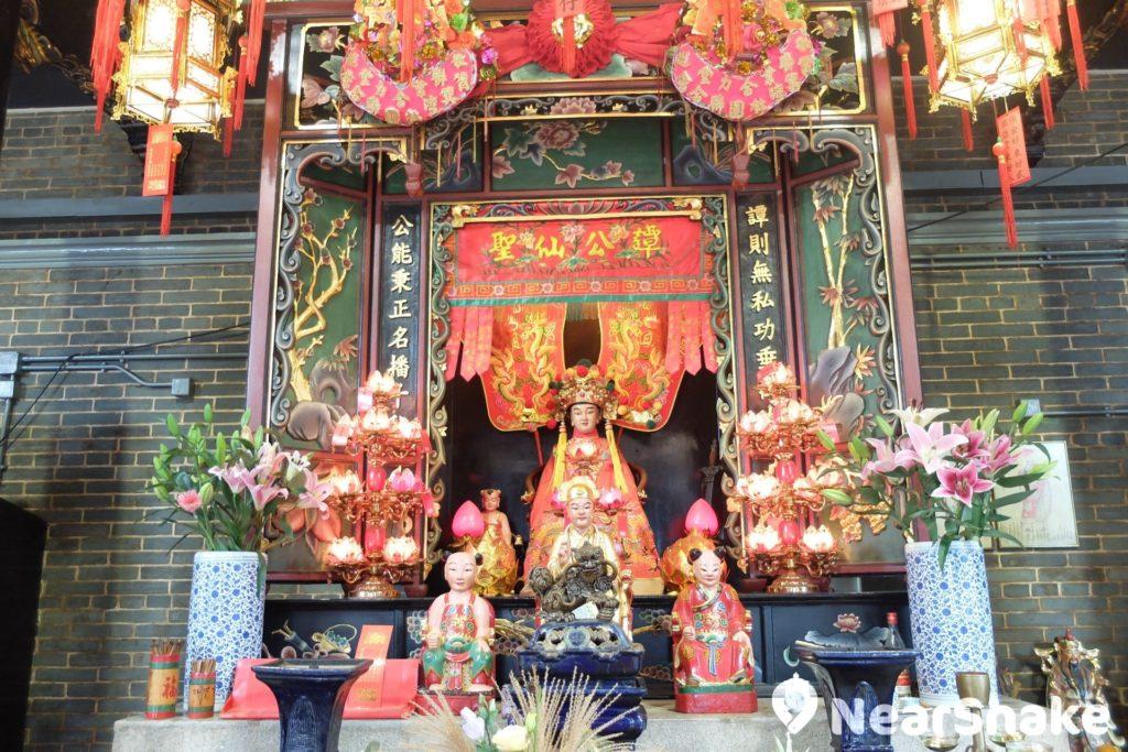 大家在其他廟宇所見的神佛多數是滿臉鬍鬚的樣貌,惟筲箕灣譚公廟內譚公法相則是小朋友模樣。