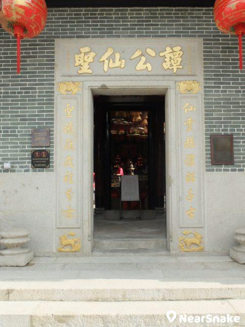 筲箕灣譚公廟正門上的「譚公仙聖」大字,刻於光緒乙巳年 (1905 年),當然也有修復過。