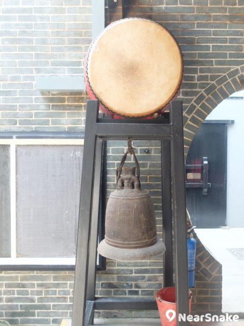 筲箕灣譚公廟內的光緒年間銅鐘,一直沿用至今,是重要的歷史文物。