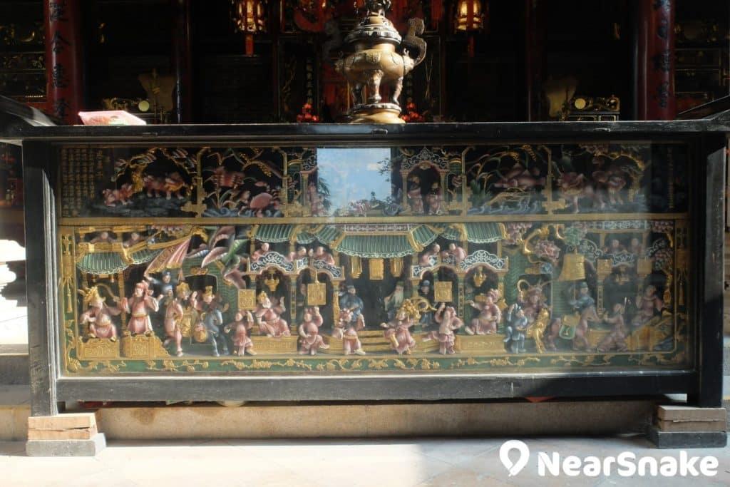 譚公廟內每個案台下,均有中國傳統戲曲的浮雕,由於保存在玻璃後,損毀相對較輕微。