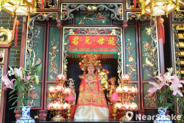 相傳龍母元君曾養育五位龍子,所以壽終後亦被敬奉為民間海神,供奉於譚公廟內。