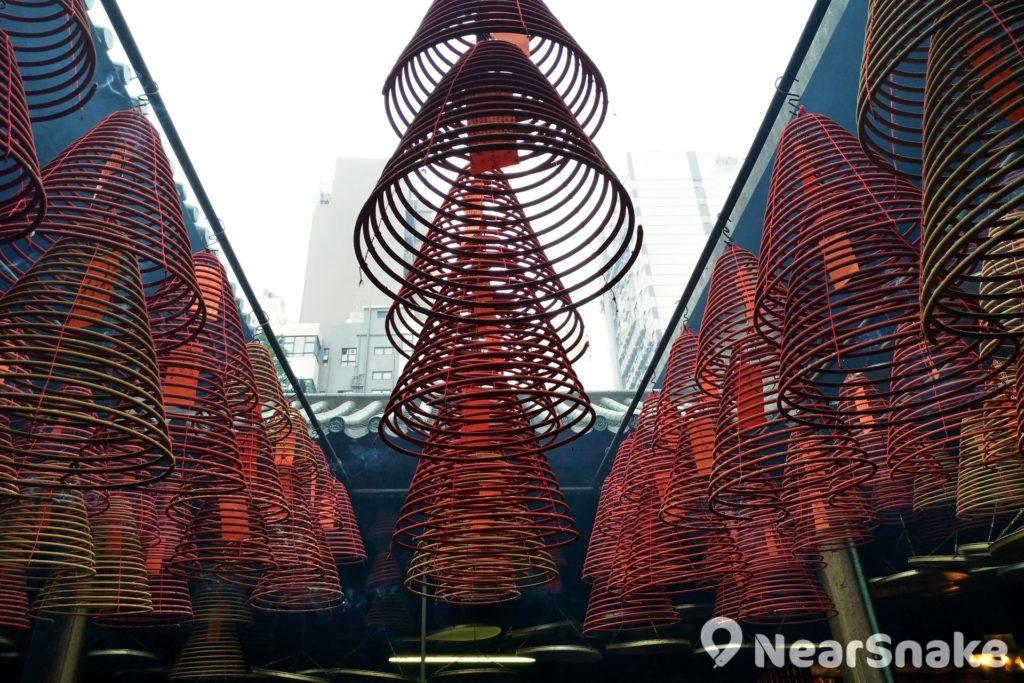 這些懸掛在天花的香塔可以點燃 7 至 8天,以祈求健康與幸運,善信們可以在油麻地天后廟內購買得到。