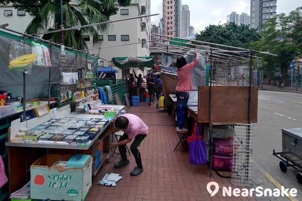 入夜後,油麻地天后廟周遭一帶的眾坊街及上海街便開始有攤檔擺賣、賣藝,是相連「廟街」的重要組成部份。