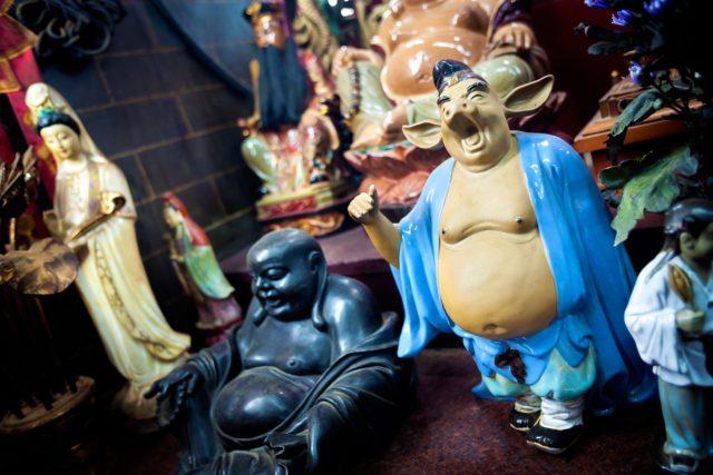 油麻地天后廟內可謂雲集了滿天神佛,不但有天后娘娘,也有觀音大士與《西遊記》中的豬八戒。