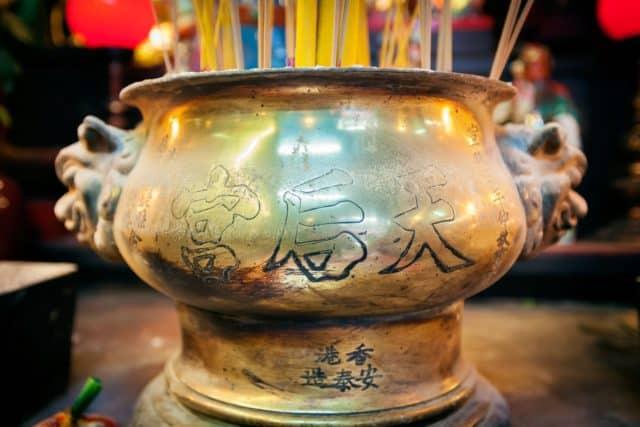 油麻地天后廟內的銅製香爐製於清朝宣統年間,已有逾百年歷史。