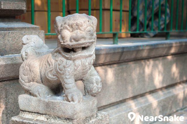 油麻地天后廟門前一對石獅子是由上一代天后廟遷移過來,乃清同治四年(1865 年)由善信捐贈,是現存天后廟內最古老的文物。
