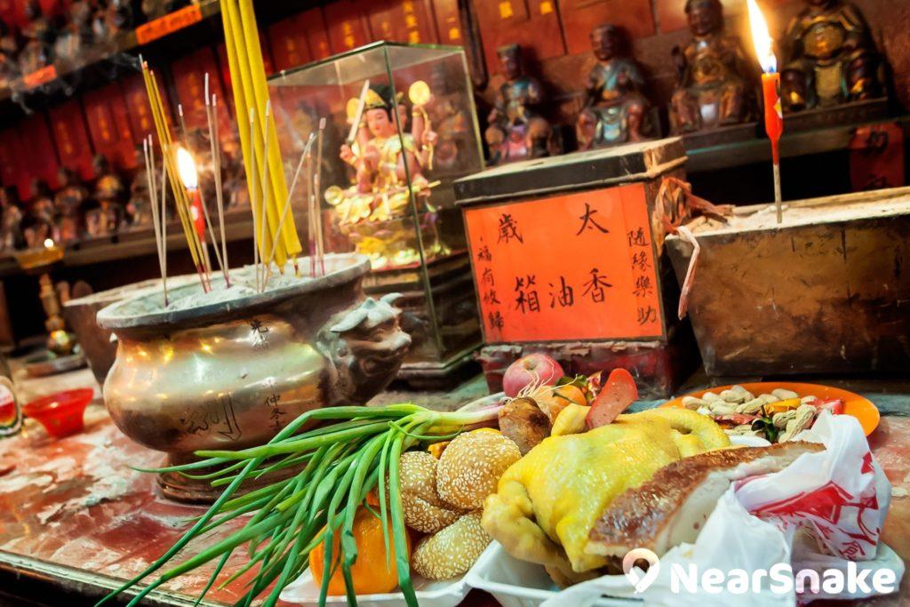 油麻地天后廟是九龍區的熱門拜太歲地點,擺放了太歲香港箱,讓善信多添香油。