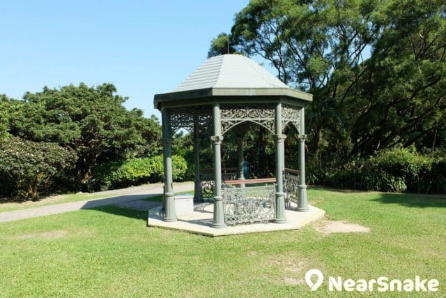 山頂公園中央花甫旁有另一座維多利亞式涼亭。