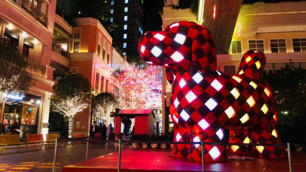 4 米高的「幸福如意狗狗」藝術裝置,以傳統如意結的編織元素為設計靈感製作。