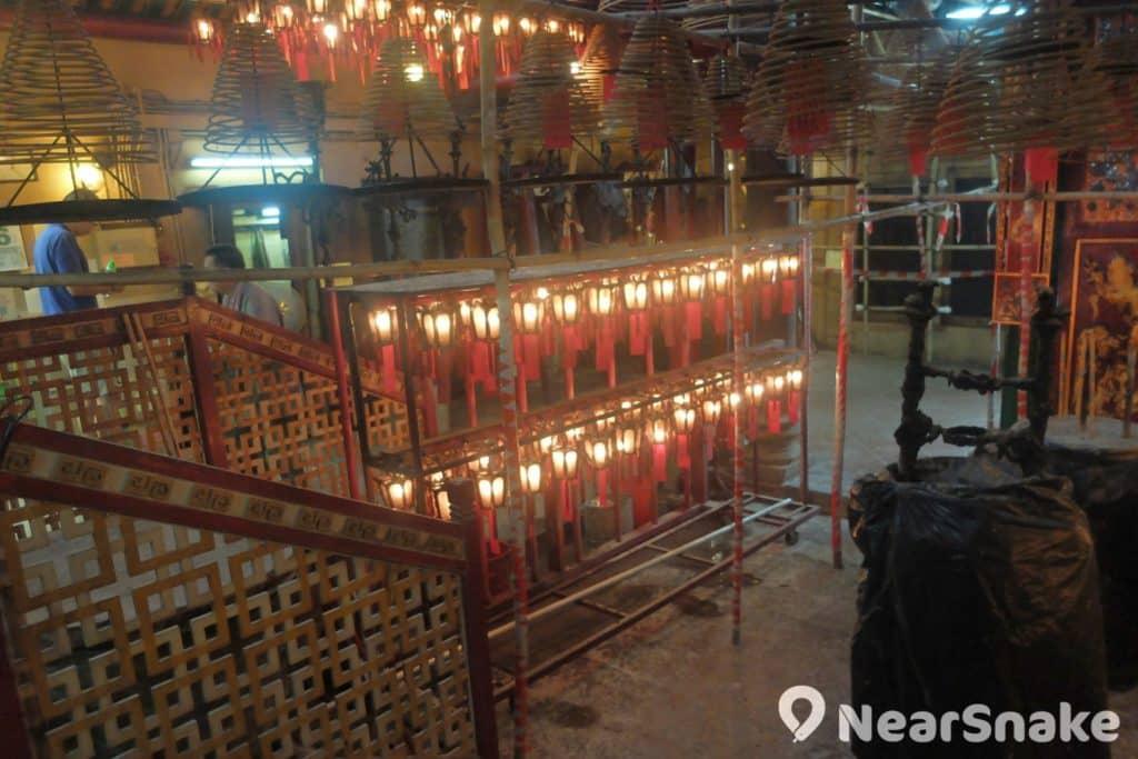 荷李活道文武廟文武殿香爐旁的燈籠,下面掛有善信祈福祝願的韱條。