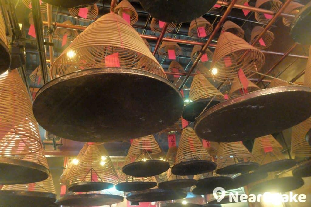 與文武廟相同,列聖宮內長期燃起大型塔香,是善信們祈求健康、財富和家宅平安。