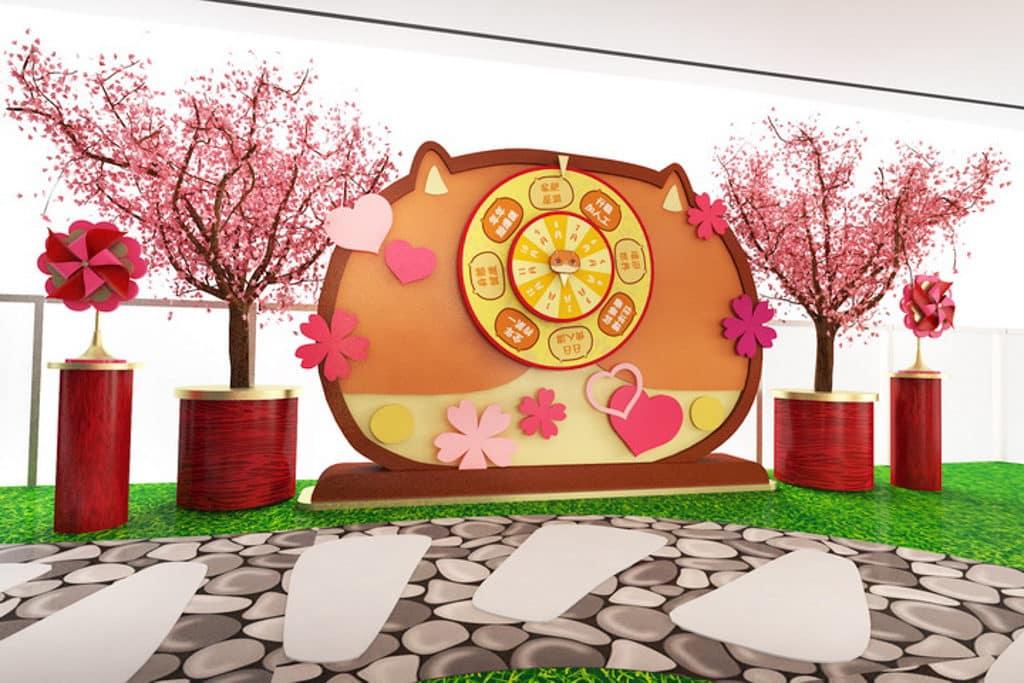將軍澳中心新春佈置以「開運遊樂園」為題,全場遍滿多棵粉紅桃花。