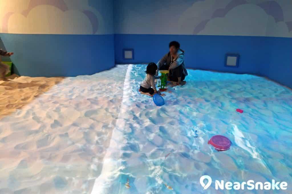 PopCorn商場內的 NAMCO Asobi Park PLUS 室內遊樂場的重點項目「屋內砂浜海之子」,結合真沙與投影技術,讓小孩在室內也可捕捉海洋生物,非常有趣。