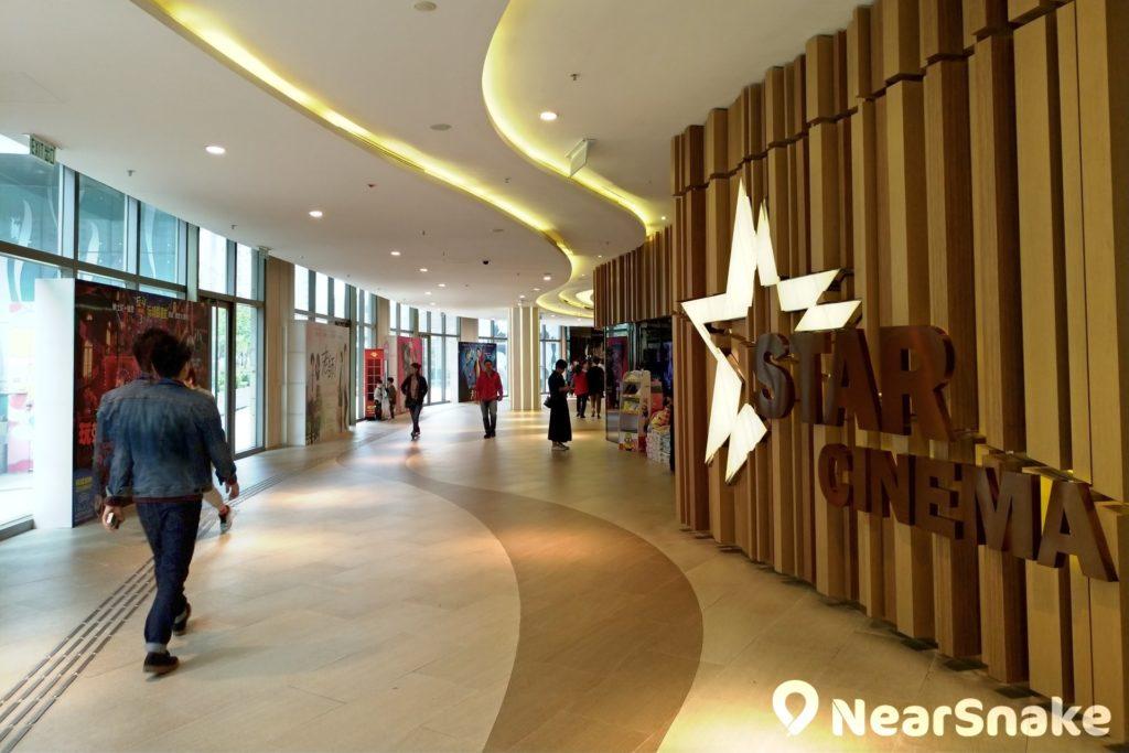 在土地問題限制下,近年香港新開設的電影院,規格愈趨「迷你」,大堂也愈來愈小,但 PopCorn 商場內的 STAR CINEMA 卻仍能保持寬闊好走,更有大量空間可供擺放電影宣傳品。
