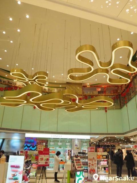荃灣千色匯二期大堂有千色 Citistore 標誌巨型吊飾,選用銅色比起彩色更具現代感呢!