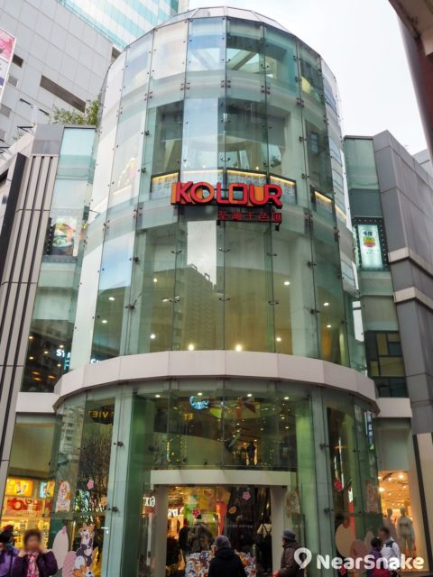 荃灣千色匯一期用上全玻璃外牆,與磚砌外形的二期風格截然不同。
