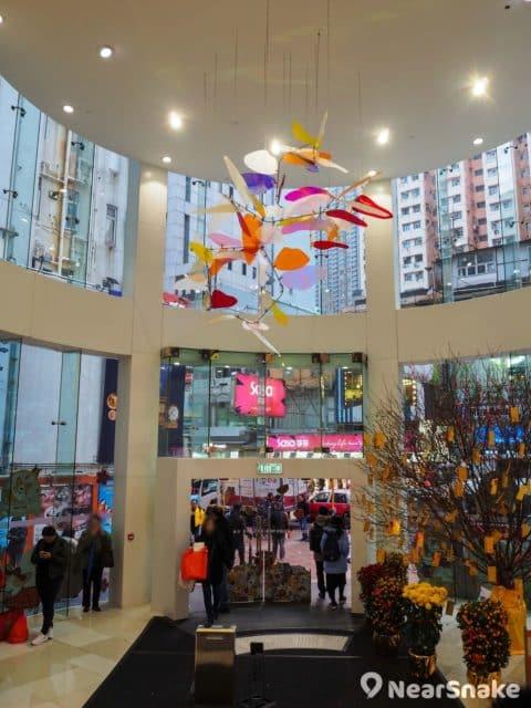 荃灣千色匯一期大堂以圓形設計,沒走幾步便進入商店或商場範圍。