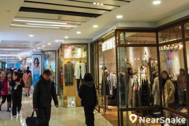 荃灣千色匯內部分商店呈鋸齒形布局,大家透過側面櫥窗,離遠已看到商品。