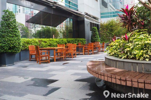 荃灣千色匯的平台花園擺放了咖啡桌椅,風和日麗時外帶食物或飲料來坐坐也不錯。