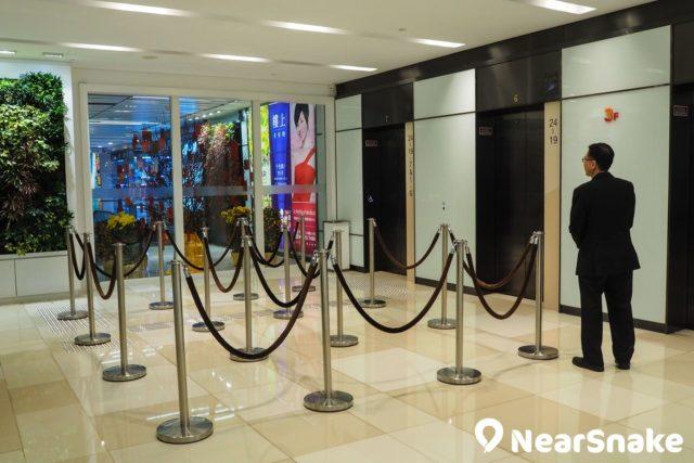 荃灣千色匯 8 至 24 樓闢作寫字樓用途,同時亦有不少樓上舖進駐,大家可需於 3 樓電梯大堂轉乘往上。