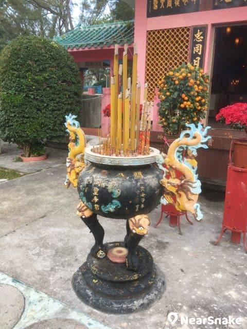 關公忠義亭前有一個香爐,爐兩邊各有一條七彩金龍,外形吸睛。