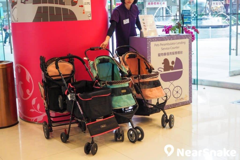 Mikiki 是香港市區中罕見的狗可入商場!場內提供寵物車借用給小型犬,中、大型犬戴上口罩和繫上狗繩後,即可落地行街。